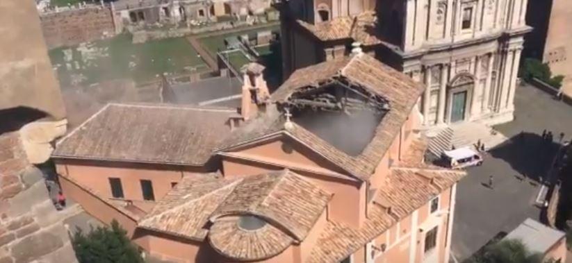 Crolla il tetto della chiesa San Giuseppe dei Falegnami a Roma: danni al Carcere Mamertino