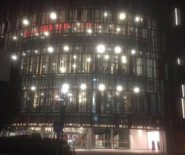 Milano, 15enne sale sul tetto del centro commerciale e cade: morto
