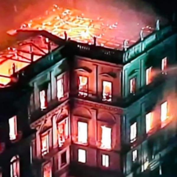 Brasile, il Museo Nazionale di Rio va a fuoco: