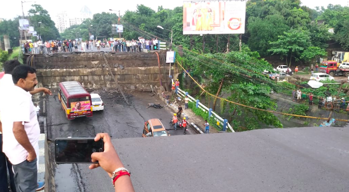 Crolla un ponte a Calcutta, i media: morti e feriti