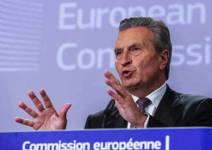 """Oettinger, attacco all'Italia: """"Vuole distruggere l'Ue"""""""