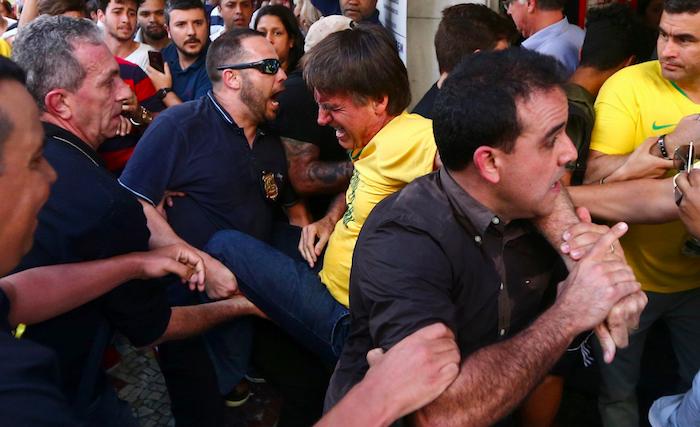 Brasile, accoltellato il candidato dell'ultra destra Bolsonaro
