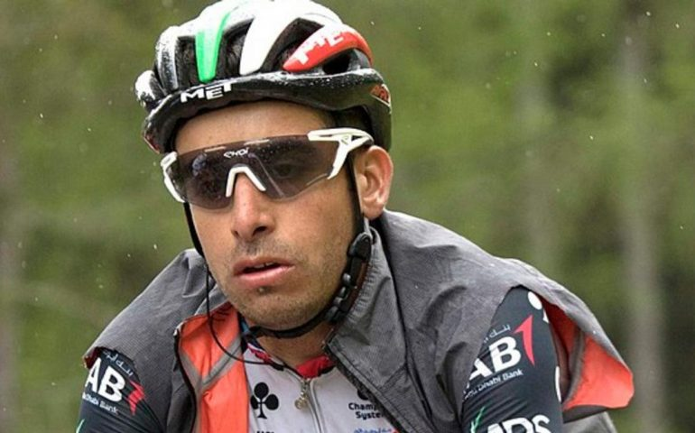Vuelta, brutta caduta per Fabio Aru: a rischio il Mondiale
