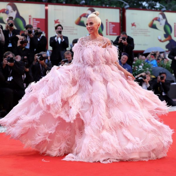 Venezia 75, red carpet di piume per Lady Gaga