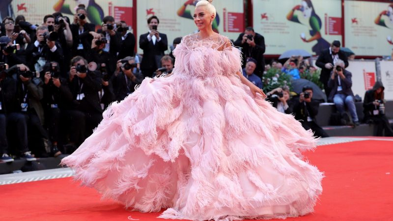 Venezia 75, red carpet di piume per Lady Gaga