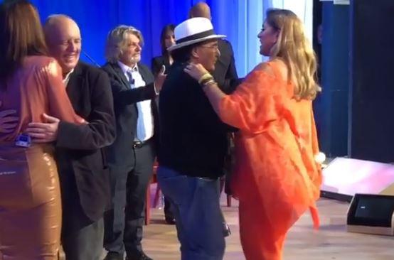 Maurizio Costanzo Show, Al Bano e Romina stretti in un lento