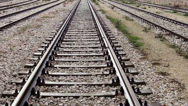 Due fratelli travolti da un treno in corsa: uno è morto