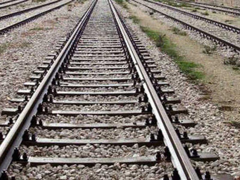 domodossola, fratelli travolti dal treno, fratelli si gettano sui binari: uno è morto, i fratelli seguiti dai servizi sociali che tentano il suicidio sui binari