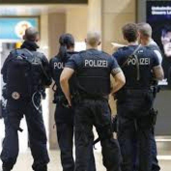 Colonia, terrore in stazione: donna presa in ostaggio e poi liberata