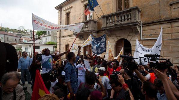 """Riace, i migranti da Lucano: """"Non vogliamo andare via"""""""