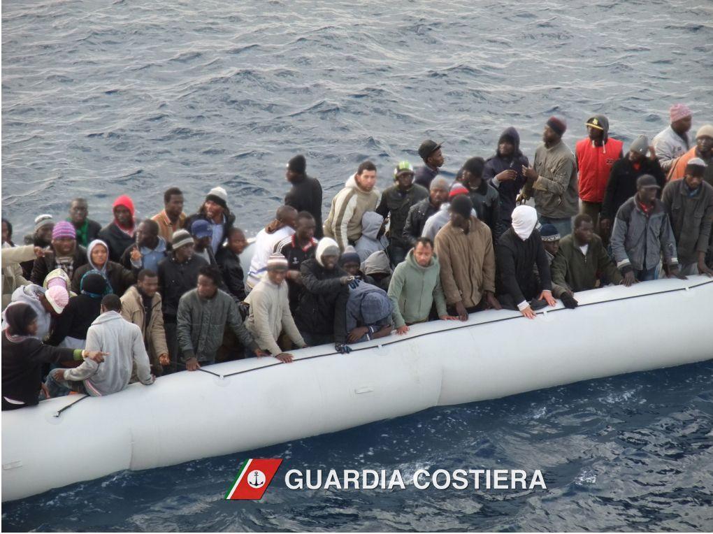 Migranti, nave italiana salva donne e bambini su gommone in avaria
