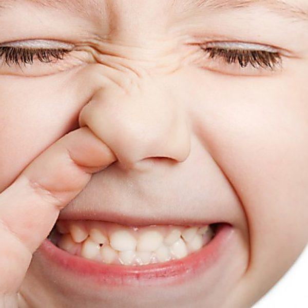 come soccorrere il bimbo che inala piccoli corpi estranei nel naso