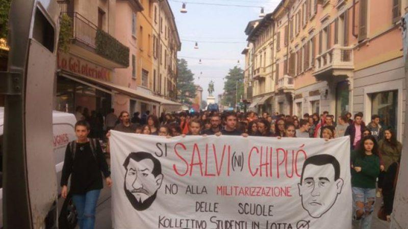 Studenti, corteo brucia manichini di Salvini e Di Maio