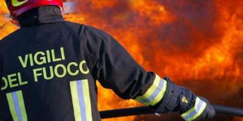 Roma, in fiamme un bus Atac in deposito: nessun ferito
