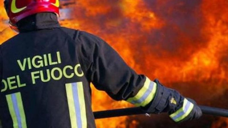 Milano, va a fuoco capannone pieno di rifiuti: aperta inchiesta