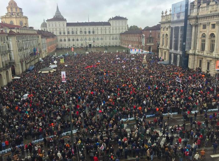 """'Sì Tav', 30mila manifestanti a Torino: """"L'opera va realizzata"""""""