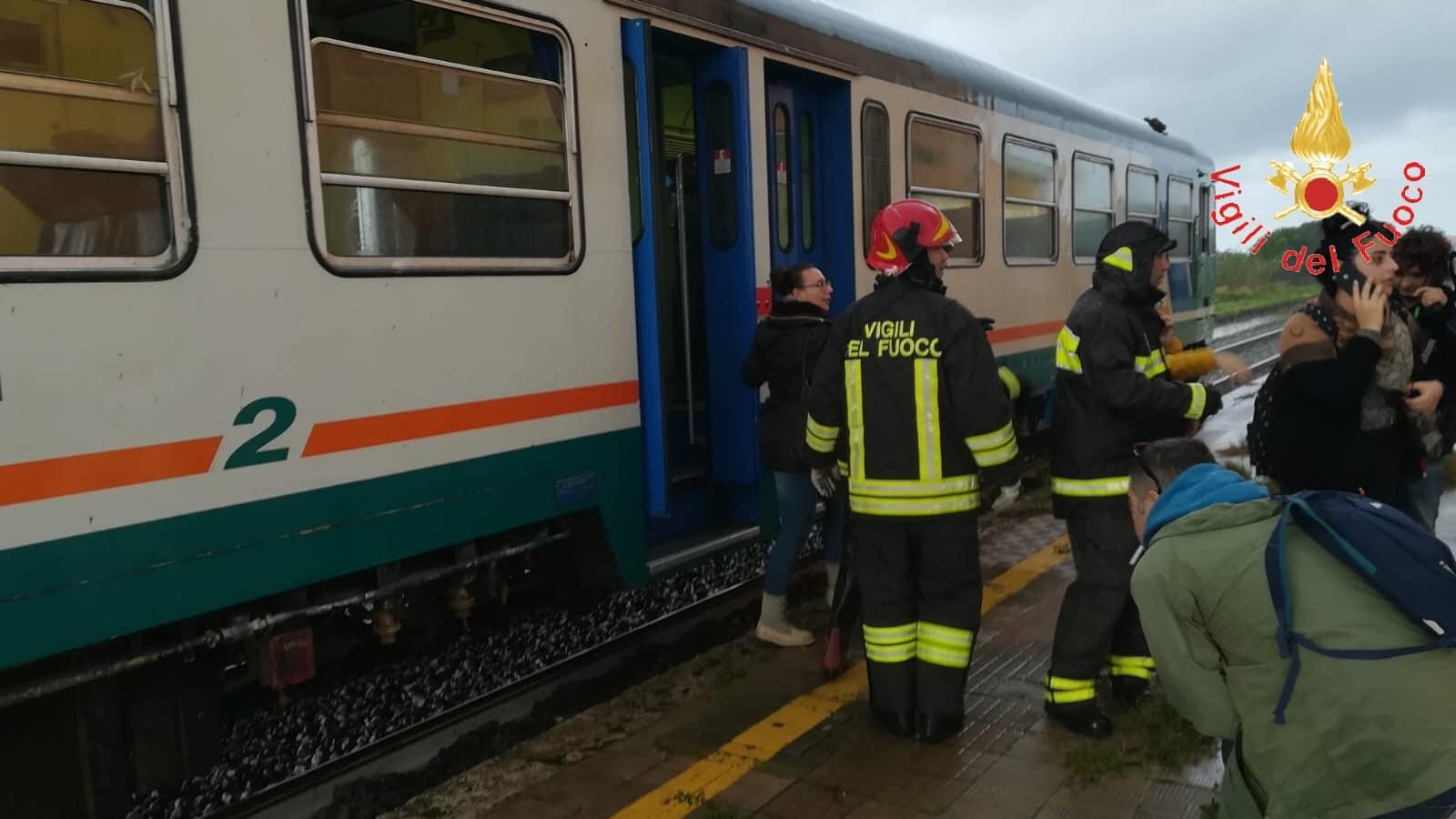 Crotone, treno investito da tromba d'aria: passeggeri feriti