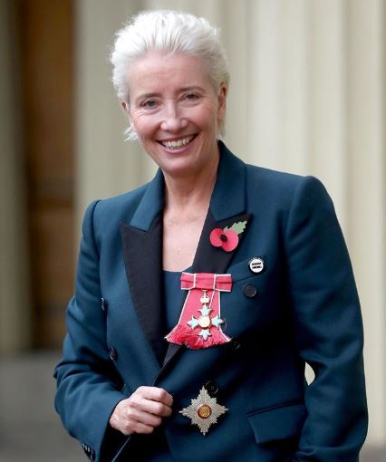 Emma Thompson, a Buckingham Palace in sneakers bianche