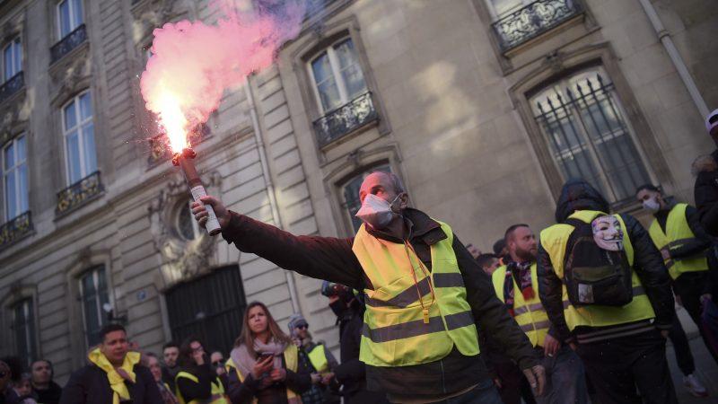 """Parigi, ministro dell'Interno: """"Massima fermezza contro i gilet gialli"""""""