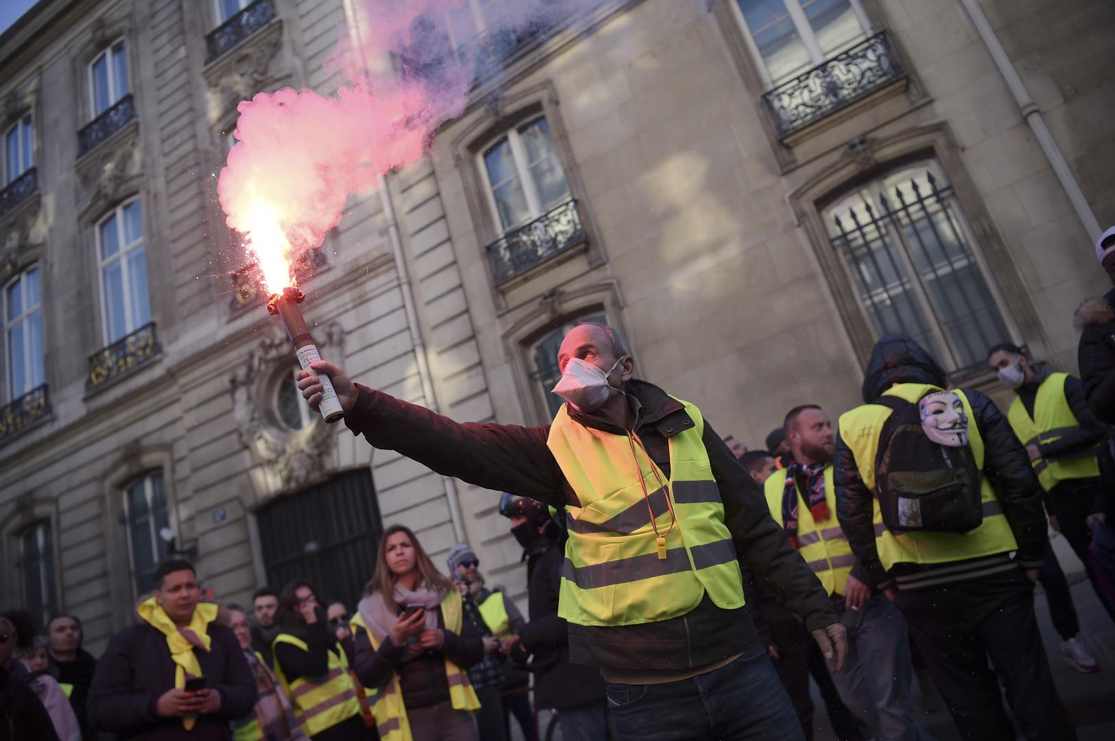 Gilet gialli, scontri in piazza a Parigi: black bloc contro la polizia