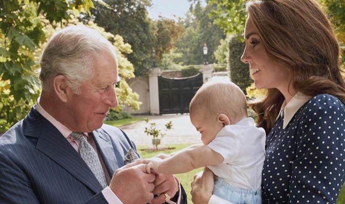 Royal Family, Principe Carlo un nonno sprint. VIDEO