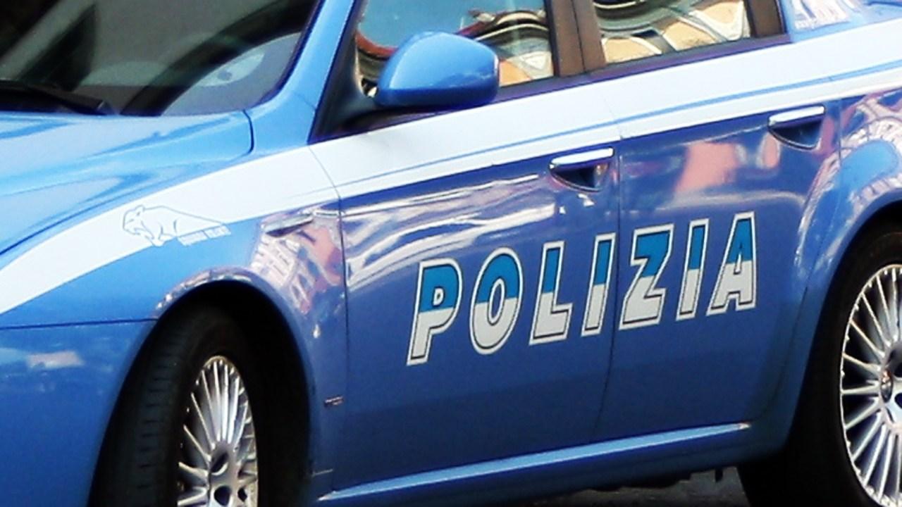 Empoli, muore durante un fermo della polizia: aveva mani e piedi legati