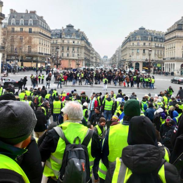 Gilet gialli, ancora scontri a Parigi: due morti, 72 fermati
