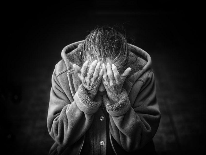 maltrattamenti anziani, anziani maltrattati in casa di riposo, rimini, 4 arresti a rimini per maltrattamenti anziani, ultraottantenni maltrattati in casa di cura, violenze sugli anziani a rimini