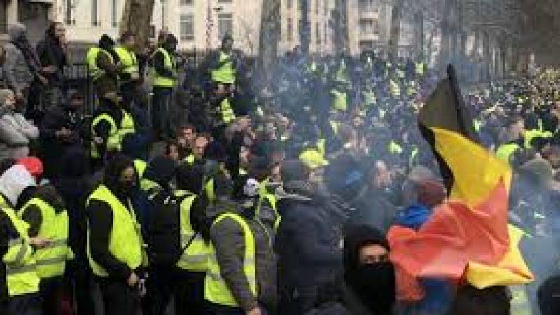 Gilet gialli, sabato di terrore a Parigi primi scontri a Bruxelles