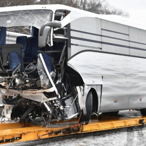 Svizzera, bus si schianta vicino a Zurigo: la vittima è italiana