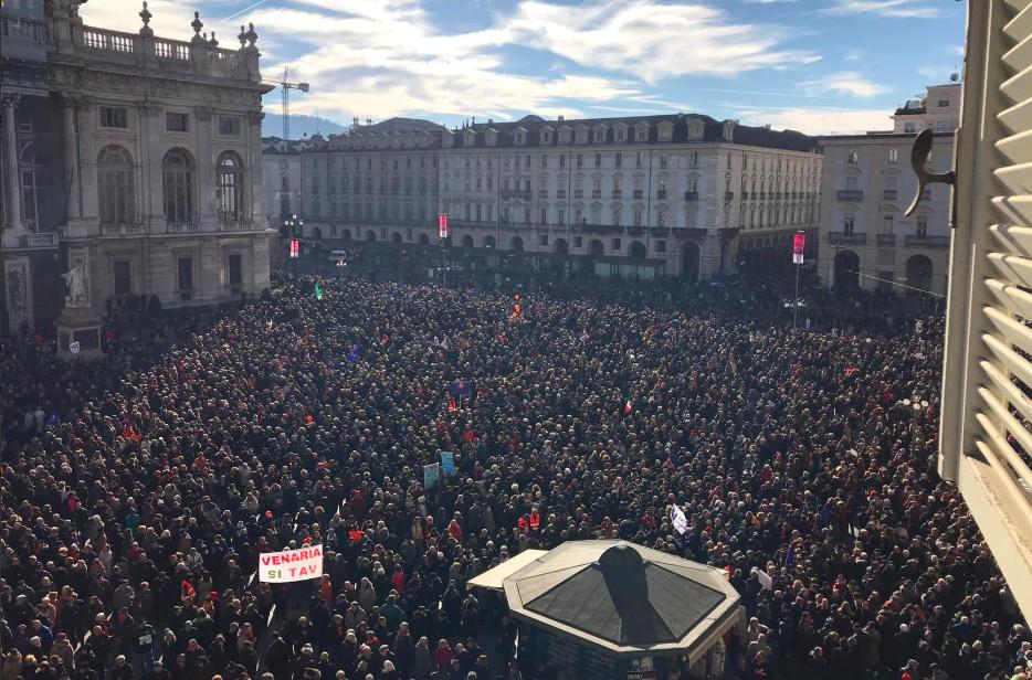 """Torino in piazza per il """"sì"""" alla Tav, il M5S gela la Lega: """"Non si farà mai"""""""