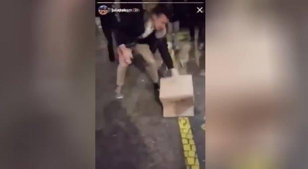 Padova, prendono a calci una gallina per festeggiare. Il video diventa virale