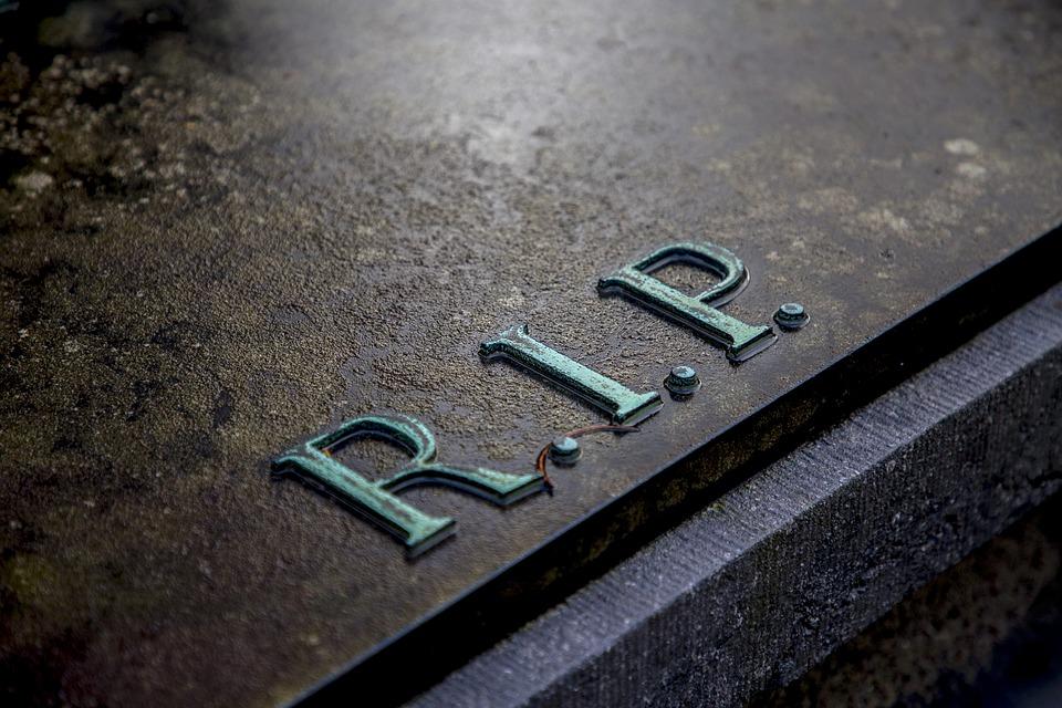Firenze, foto hard al cimitero: denunciati 3 trentenni