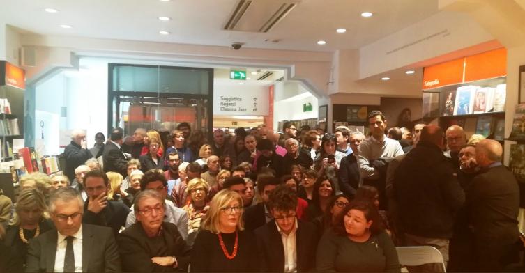 Palermo, alla Feltrinelli c'è Renzi ed è caos: accesso negato anche ai clienti