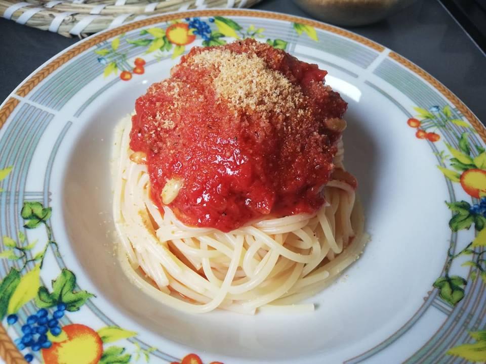 """Spaghetti con """"astrattu e muddica atturrata"""": memoria della cucina povera"""