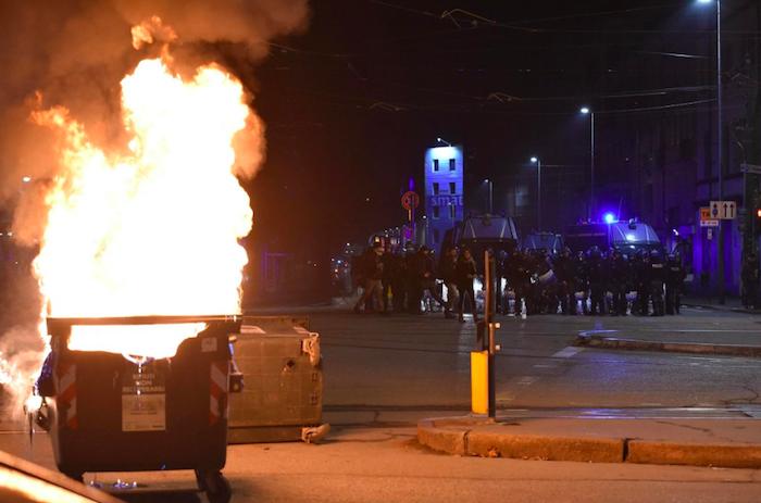Guerriglia urbana a Torino, scontri tra anarchici e polizia: 11 fermi