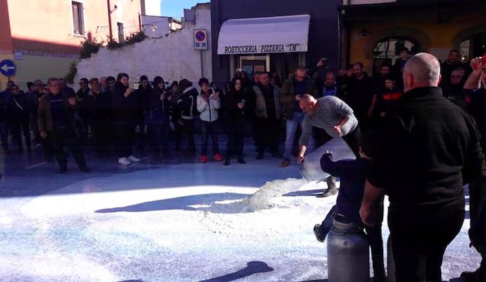 """Protesta latte, i pastori sardi: """"Pronti a bloccare i seggi delle regionali"""""""
