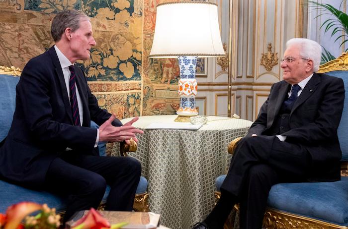 Prove di disgelo tra Italia e Francia, Macron invita Mattarella all'Eliseo