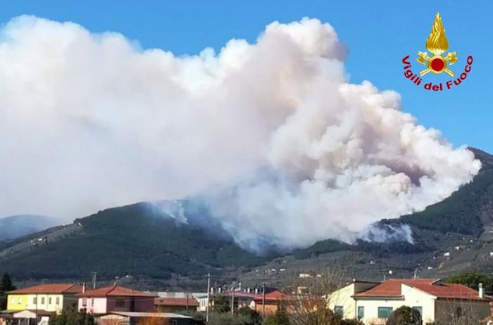 Pisa, ancora incendi sul Monte Serra: in fumo 180 ettari di pineta