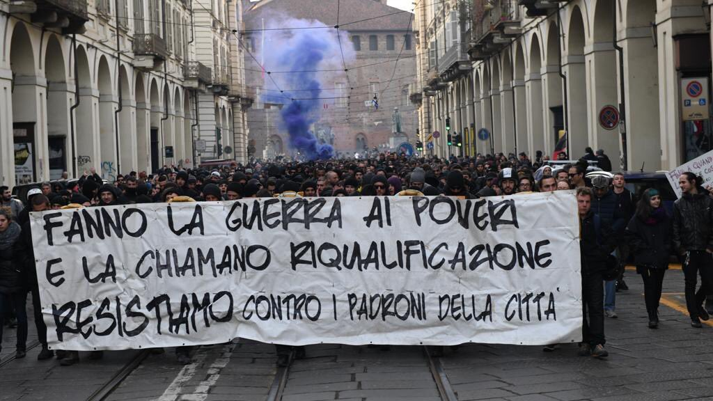 """Guerriglia urbana a Torino, Salvini: """"Città ostaggio dei delinquenti"""""""
