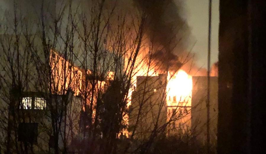 Parigi, palazzo in fiamme nella notte: 8 morti e 31 feriti. Arrestata una donna