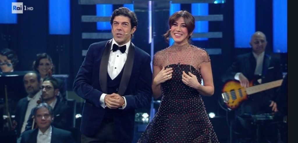 official photos 02f42 0569f Sanremo 2019, chi ha disegnato l'abito di Virginia Raffaele ...