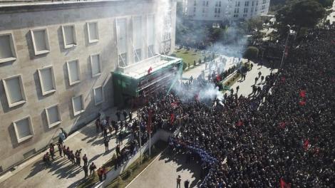 Tirana, l'opposizione assale la sede del Governo