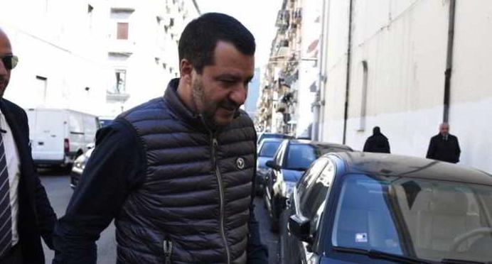 Napoli, Salvini risponde ai manifestanti e annuncia di abbattere la Vela verde