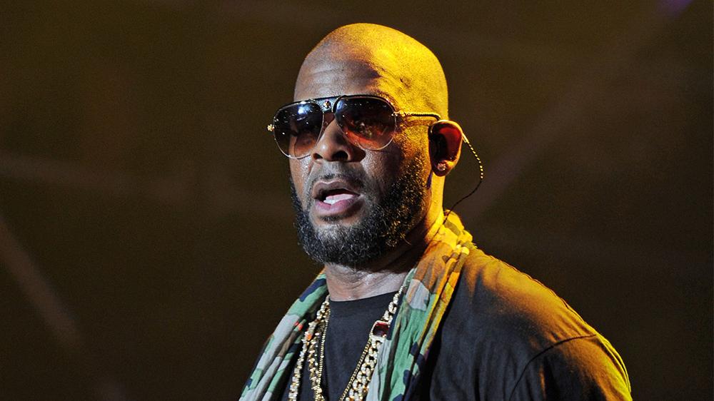 Il rapper americano R. Kelly arrestato (di nuovo) per pedopornografia