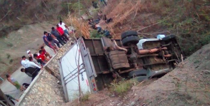 Messico, un camion carico di migranti finisce fuoristrada: 25 morti