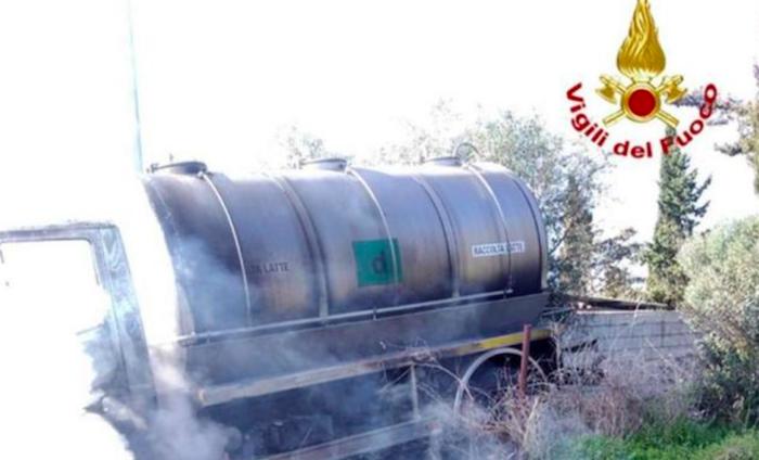 Sassari, assaltano un'autocisterna del latte e la incendiano: banditi in fuga
