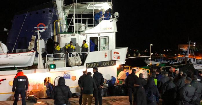 """Lampedusa, sbarcati i migranti della """"Mare Ionio"""": scatta il sequestro"""