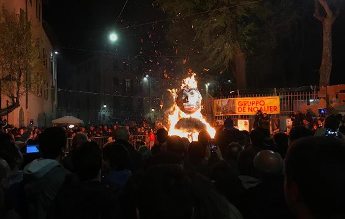 """Bruciato un fantoccio di Salvini al """"Rogo della vecchia"""" di Brescia"""