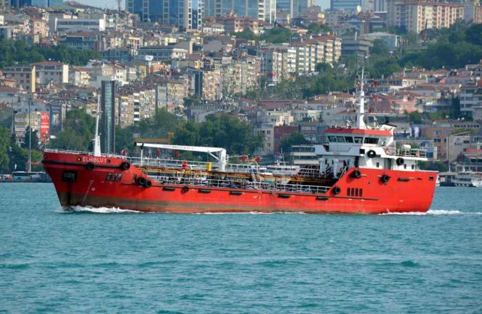 Mercantile dirottato attraccato a Malta, al via le operazioni di sbarco: 3 arresti
